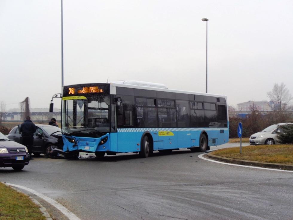 GRUGLIASCO - Incidente in corso Torino: scontro bus-Fiat Punto, una persona ferita - FOTO