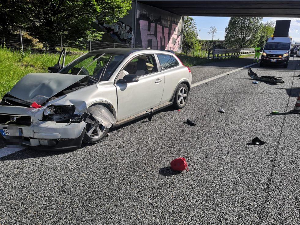 TANGENZIALE TORINO - Incidente a Collegno: tre auto coinvolte, tre feriti e traffico in tilt - FOTO