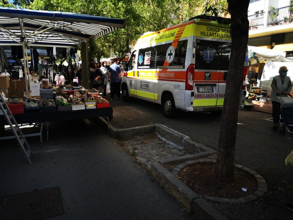VENARIA - Cade mentre fa la spesa al mercato di viale Buridani e finisce in ospedale