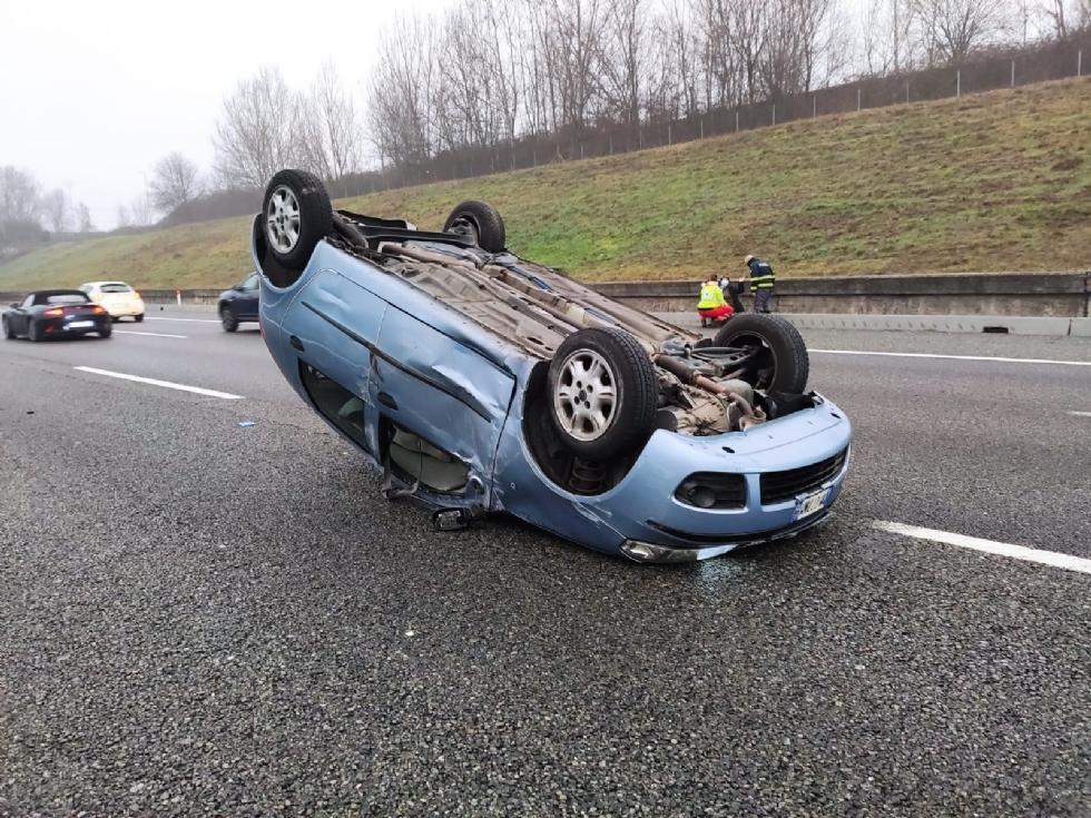 VENARIA - Auto si ribalta in tangenziale dopo lo scontro con un tir: donna ferita - FOTO