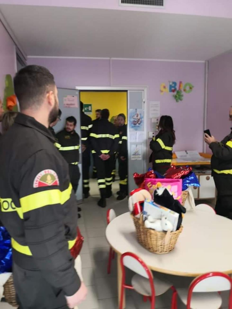RIVOLI - I vigili del fuoco di Grugliasco, Rivoli e Rivalta in visita ai bambini ricoverati in ospedale