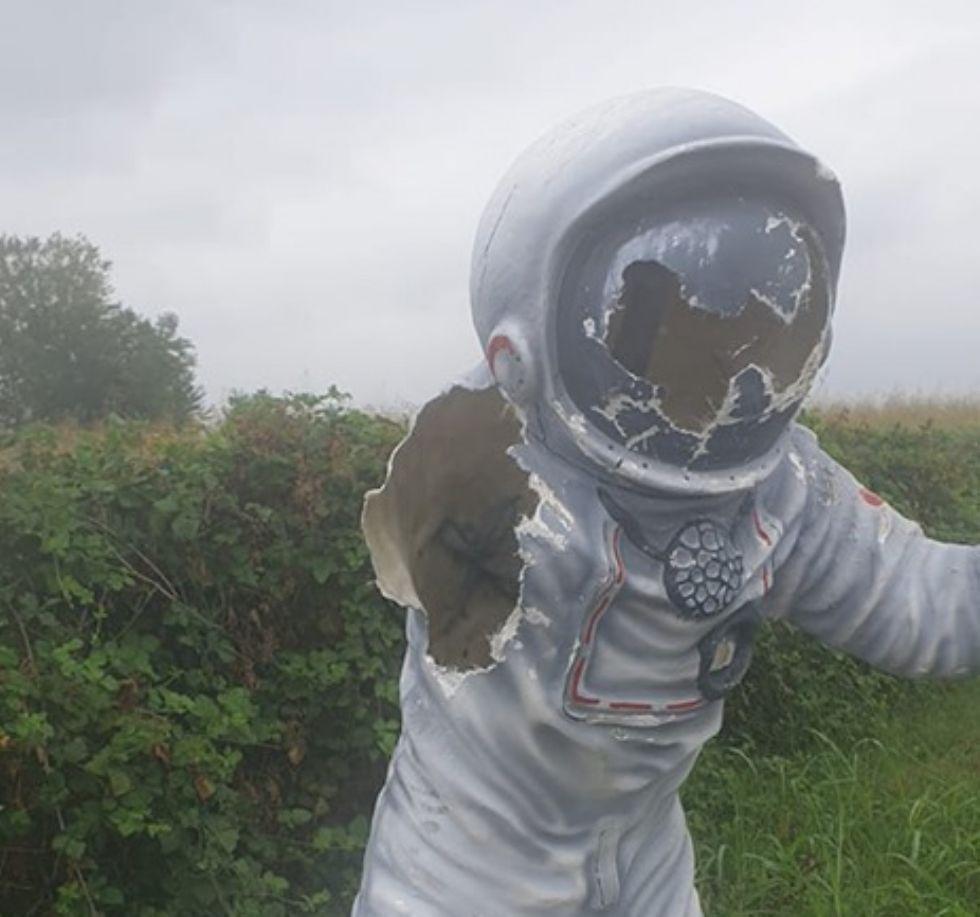 COLLEGNO - Idioti in azione: vandalizzata la statua dell'astronauta. Casciano: «tornerà come nuova»