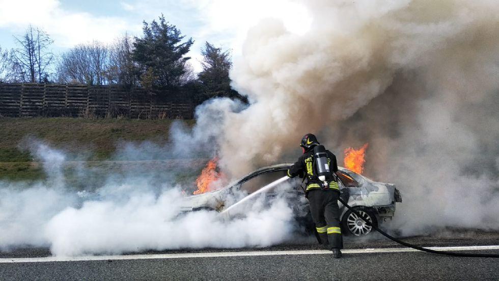 VENARIA - Auto a fuoco mentre percorre la tangenziale