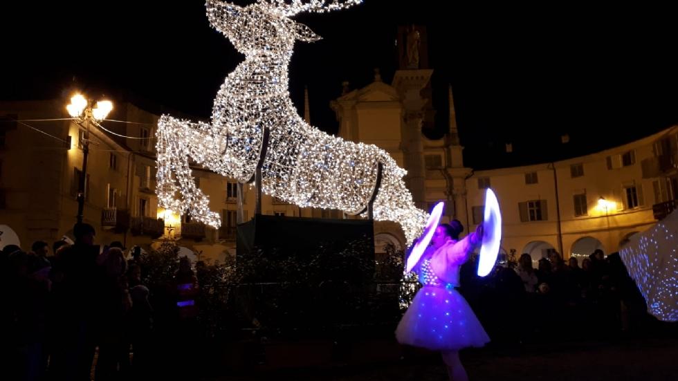 VENARIA - Il grande cervo in piazza Annunziata è stato illuminato: il Natale è iniziato in città