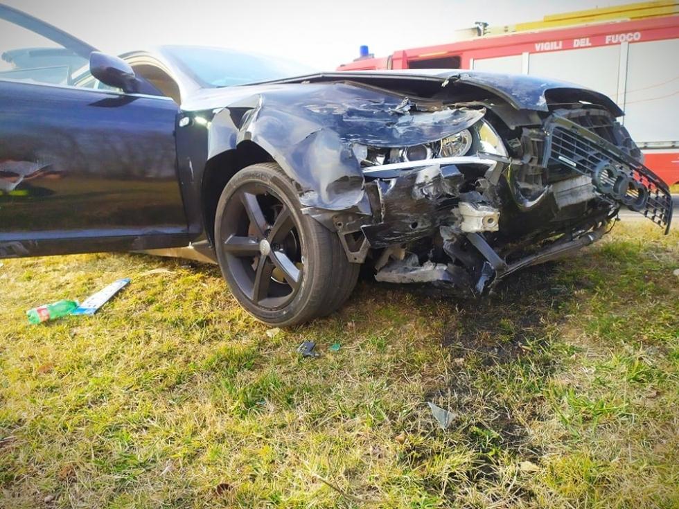 PIANEZZA - Scontro fra due auto in via La Cassa: due persone ferite